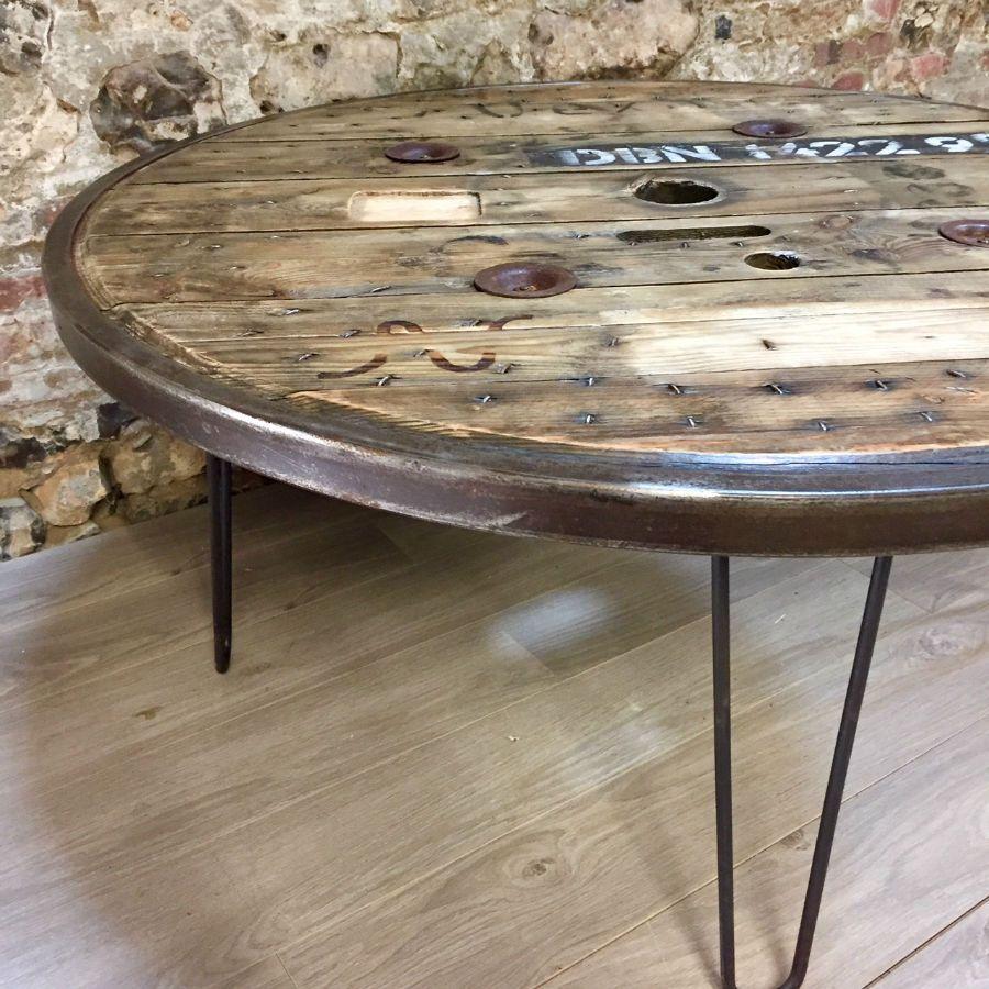 table industrielle ronde en touret en bois avec cerclage m tallique. Black Bedroom Furniture Sets. Home Design Ideas
