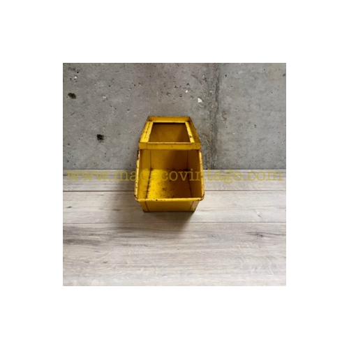 Petite caisse métallique jaune